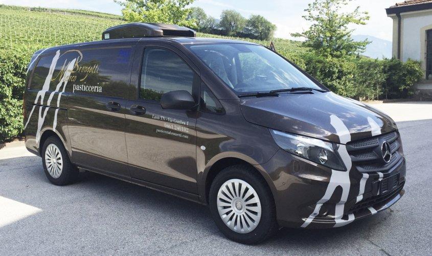 adesivi auto per personalizzazione furgone con logo e scritte